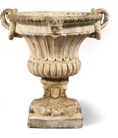 Grand vase en pierre à décor de mascarons,...