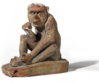 Figure de singe en terre cuite, reposant...