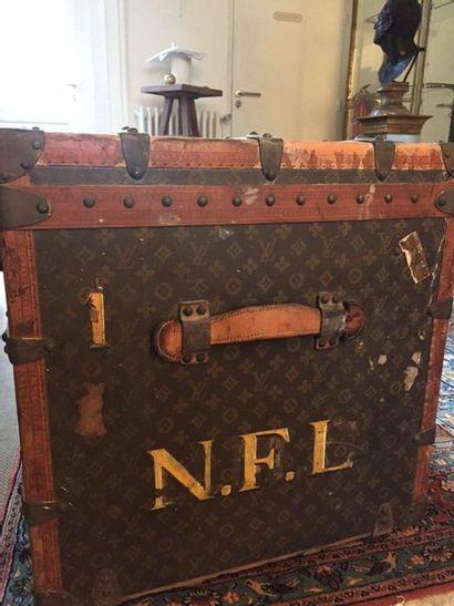 LOUIS VUITTON Malle cabine en toile monogrammée enduite, arrêtes en cuir naturel,...