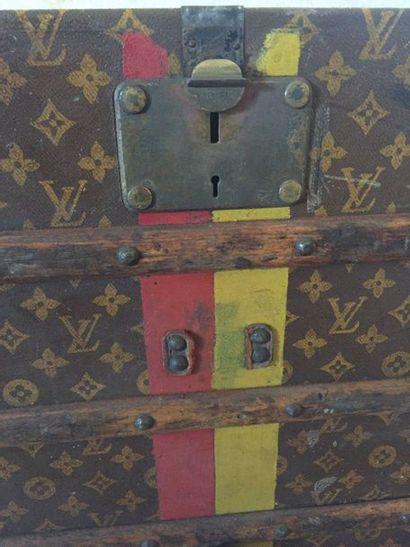 LOUIS VUITTON Malle cabine à bande écurie rouge et jaune, en toile monogrammée enduite,...