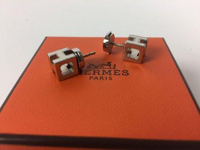 HERMES Paire de boucles d'oreilles en métal...