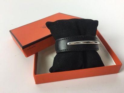 HERMES Bracelet en cuir noir. Marque S. Boite....