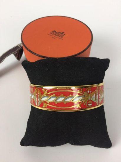 HERMES Bracelet en émail à fond rouge décor...