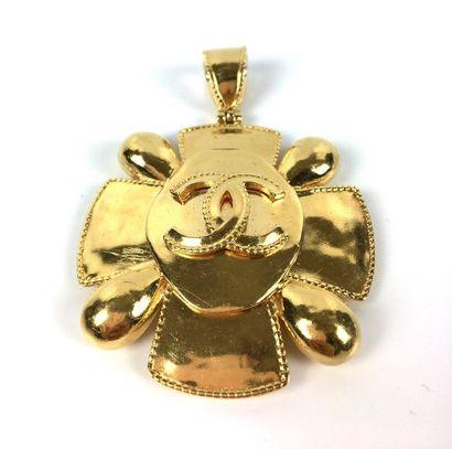 CHANEL (attribué à) Pendentif croix en métal...