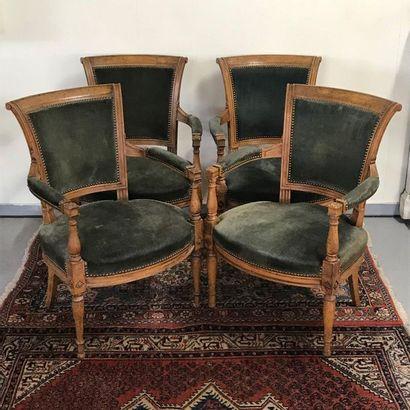 Suite de quatre fauteuils de style directoire en bois sculpté garnis de velours...