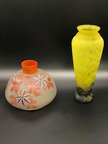 Vase à col resseré en pate de verre dans...