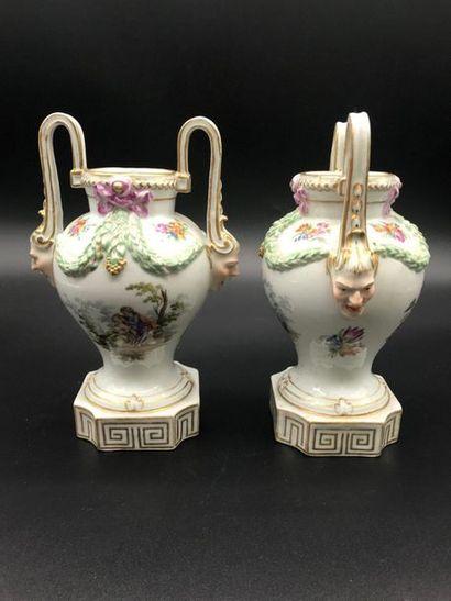 Paire de vases en porcelaine à décor de scènes...