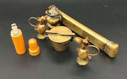 Lot comprenant un plumier kadjar en bronze,...