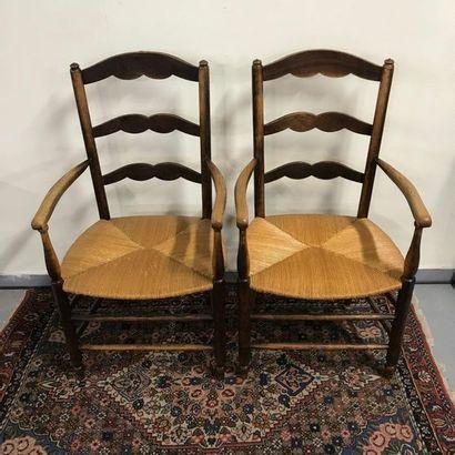 Lot comprenant un fauteuil canné de style Régence et un fauteuil de style Louis...