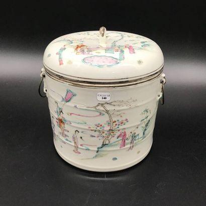CHINE  Pot couvert en porcelaine à décor...