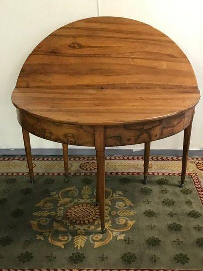 Table de salle à manger formant demi-lune...