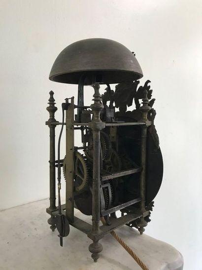Pendule lanterne en fer  Pieds toupies. Mouvement à une aiguille.  Cadran en étain...