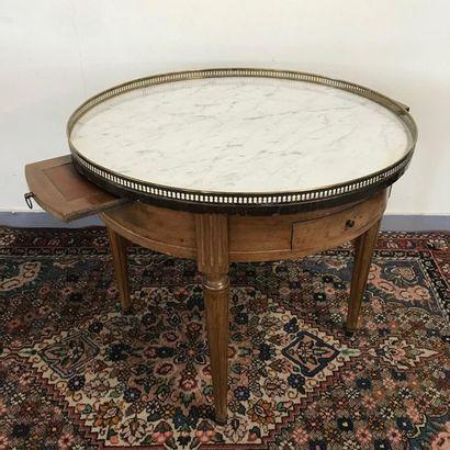 Table basse bouillotte de style Louis XVI...
