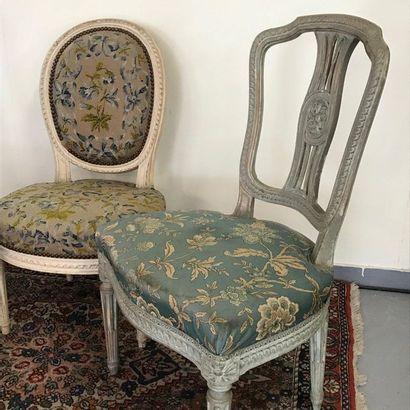 Trois chaises de style Louis XVI en bois laqué.  Un modèle à dossier cabriolet ajouré,...