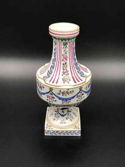 SAMSON  Vase de forme balustre en porcelaine...