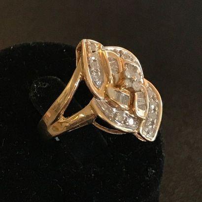 BAGUE en or jaune 10k ornée de diamants formant...