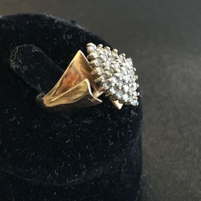 BAGUE en or jaune 10k ornée de petits diamants...