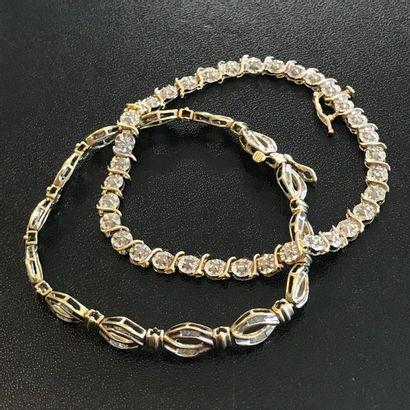 Lot de deux bracelets en or jaune 10k ornés...