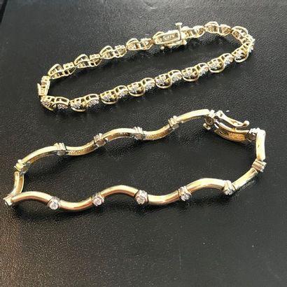 Lot de deux bracelets en or jaune 14k orné...