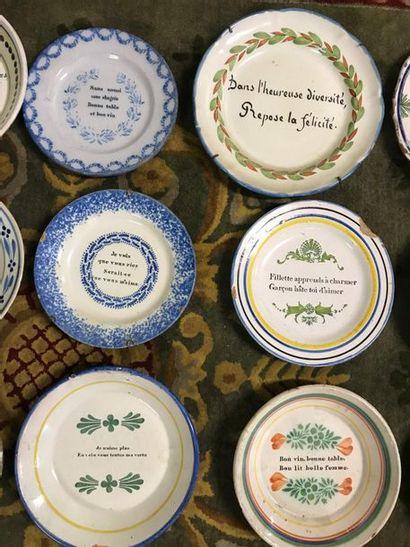 Collection de quinze assiettes à message en faience ancienne.  Fêles, accidents