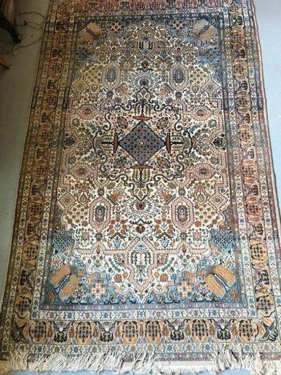Un tapis en laine à décor de fleurs
