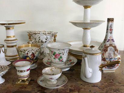 Important lot de porcelaine de Paris et d'ailleurs comprenant tasses, présentoir,...