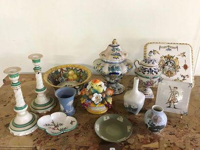 Lot de faiences comprenant : vase et soucoupe...