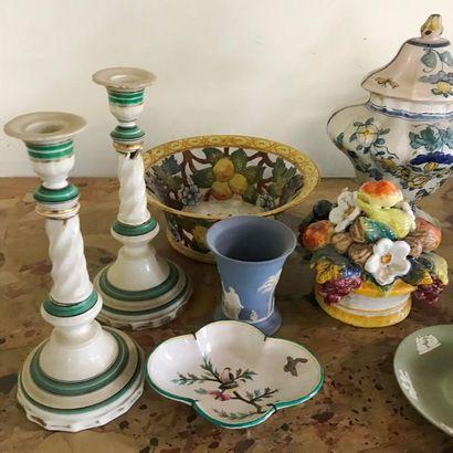 Lot de faiences comprenant : vase et soucoupe en Wedgwood, vases en Copenhague,...