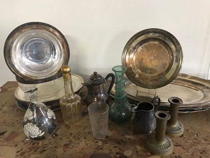 Lot d'objets de table comprenant : plats...