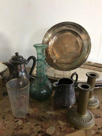 Lot d'objets de table comprenant : plats et assiettes en métal argenté, paie de...