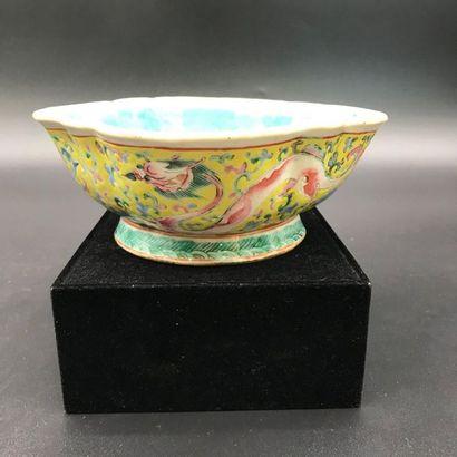 Coupe en porcelaine de Chine à décor de deux...
