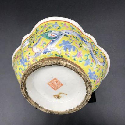 Coupe en porcelaine de Chine à décor de deux dragons  Diam. 15 Haut. 6 cm  TBE