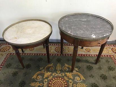 Deux tables basses bouillotte de style Louis...