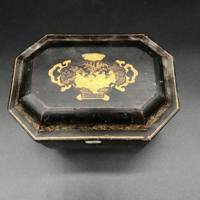 Boite à thé en bois laqué à décor de chinois reposant sur des petits pieds sculptés...
