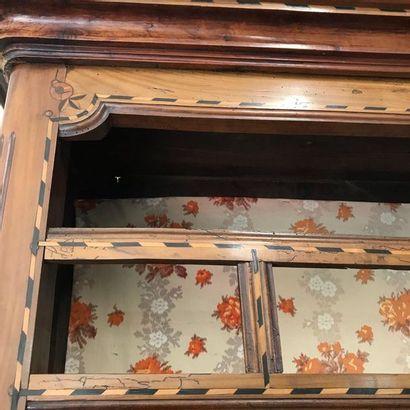 Vaissellier en noyer et incrustations de bois clairs et foncés.  Il ouvre par deux...