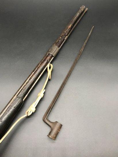 Fusil à percussion  Garniture en cuivre ciselé sur la crosse.  On y joint une baïonette....