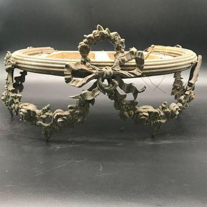 Ciel de lit en laiton de style Louis XVI à décor de guirlandes de fleurs et d'un...