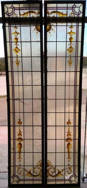 Suite de quatre panneaux de vitraux d'intérieurs...