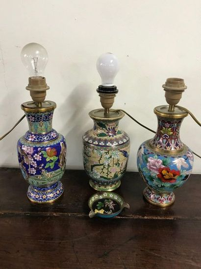 Suite de trois vases montés en lampe en émail...