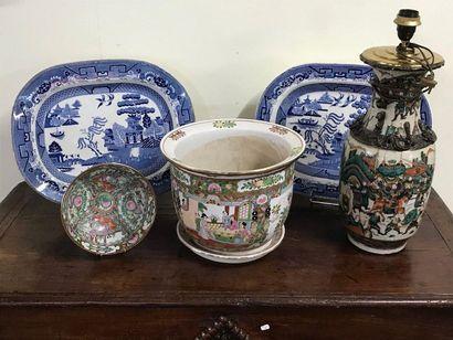 Lot de chinoiseries comprenant un vase monté...