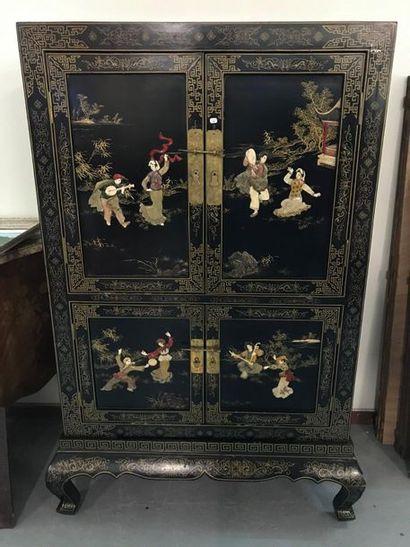 Meuble chinois en bois laqué à décor de personnages...