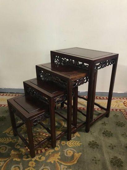 Ensemble de quatre tables gigognes chinoise...