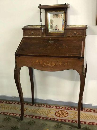 Bureau de dame à gradin de style Louis XV...