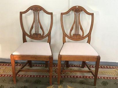 Paire de chaises à dossier ajouré en bois...
