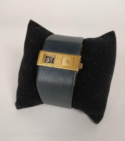 LIP BASCHMAKOFF vers 1970 Montre bracelet en métal plaqué or. BOÎTIER : rectangle....