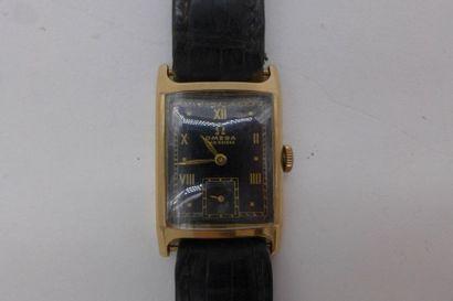 OMEGA VERS 1930 Montre Bracelet en or rose 18k, de forme rectangulaire curvex, cadran...