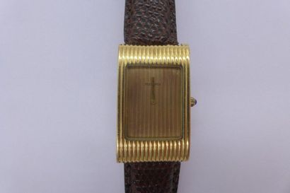 BOUCHERON REFLET HOMME Montre bracelet en or jaune 18k sur cuir. BOÎTIER : rectangulaire...