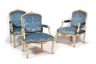 Suite de six fauteuils en bois peint et doré...