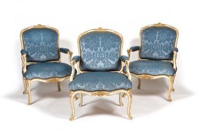 Suite de six fauteuils en bois peint et doré à dossier plat et arrondi, à décor...