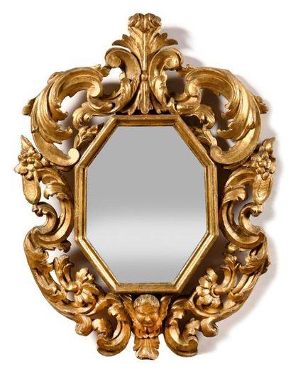 Paire de miroirs en bois sculpté et doré,...